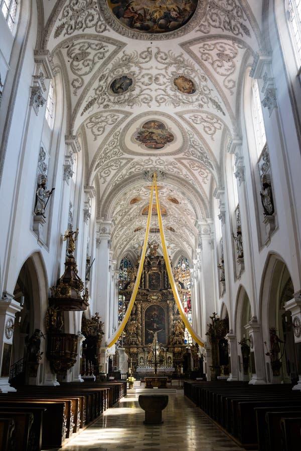 教会或大教堂的华丽有圆顶教堂中殿 库存图片