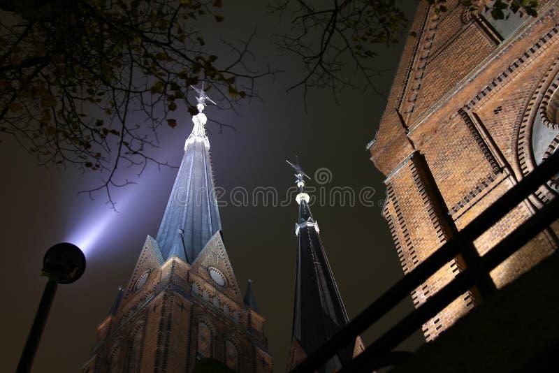 教会晚上塔孪生 库存图片