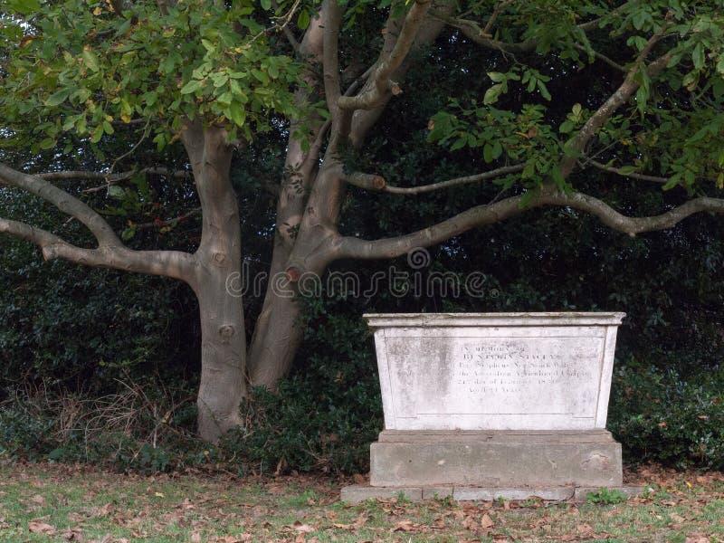 教会有趣的埋葬土墩墓碑公墓  免版税图库摄影