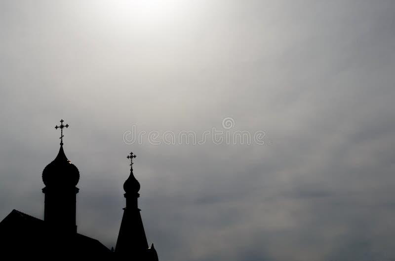 教会的两个圆顶的外形有基督徒十字架的以天空天空为背景 免版税库存图片
