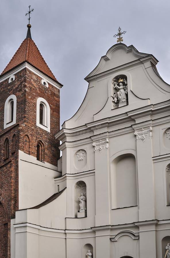 教会的巴洛克式的门面有一座哥特式钟楼的图片