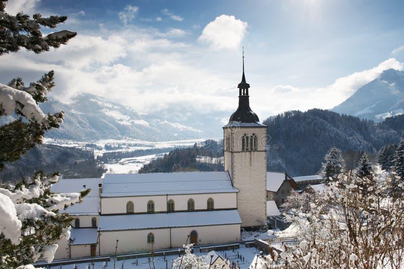 教会的看法在格律耶尔城堡在冬天,瑞士附近的 库存图片