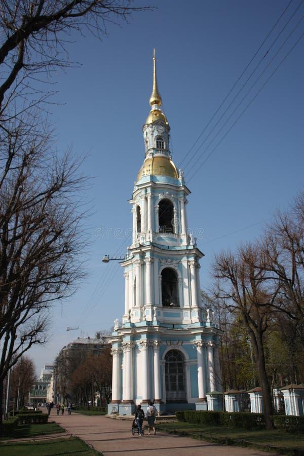 教会的看法有响铃和公园的 库存照片