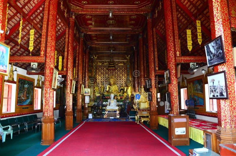 教会的里面和Wat Phra菩萨雕象唱歌 库存图片