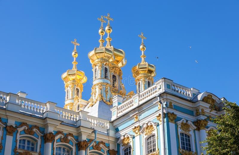 教会的金黄圆顶在凯瑟琳宫殿 Tsarskoye Se 库存照片