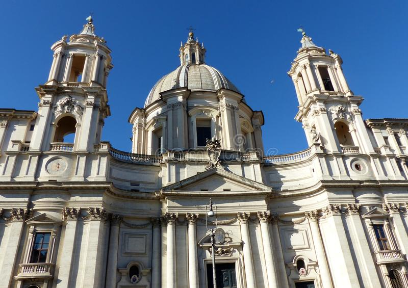 教会的门面圣阿格尼丝巴洛克式的样式的过去的对Navona广场在罗马,意大利 图库摄影