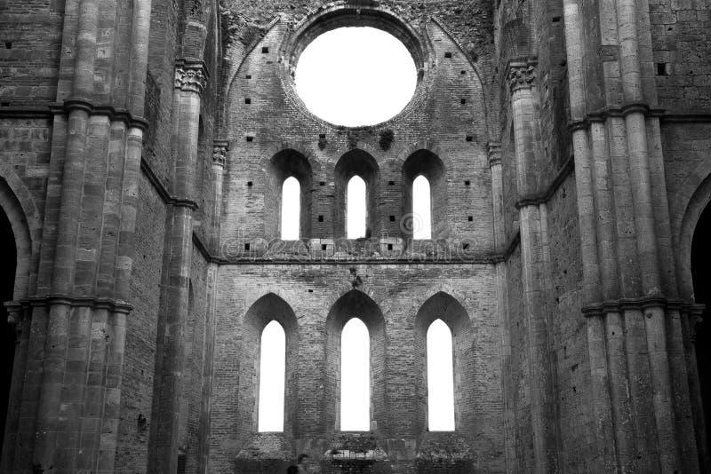 教会的黑白废墟 免版税库存图片