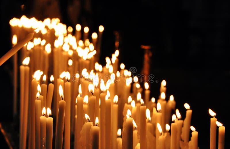 教会祷告蜡烛 免版税库存图片