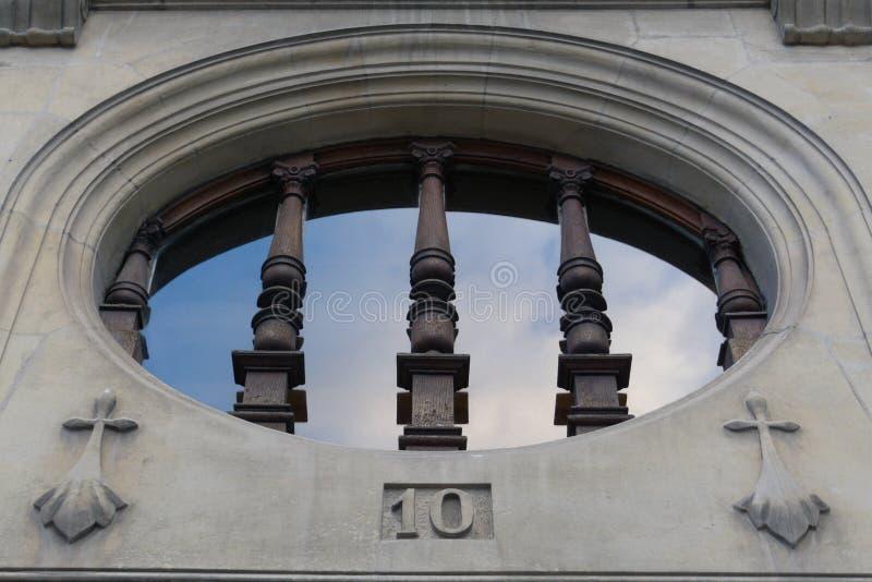 教会窗口石头木头 免版税库存照片