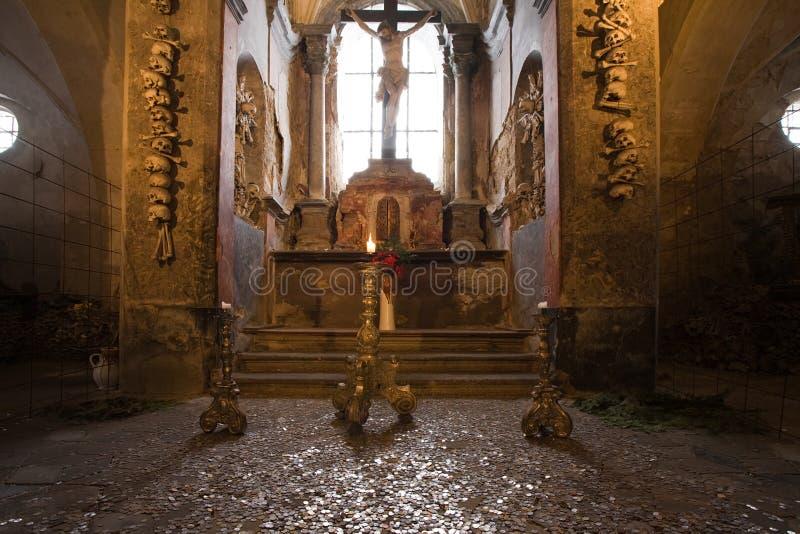 教会老藏有古代遗骨的洞穴 库存图片