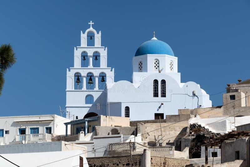 教会蓝色圆顶在圣托里尼海岛,希腊上的 免版税库存图片