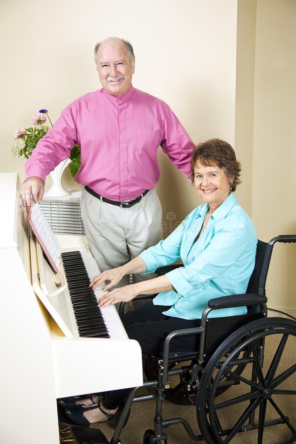 教会钢琴演奏家轮椅 免版税库存照片