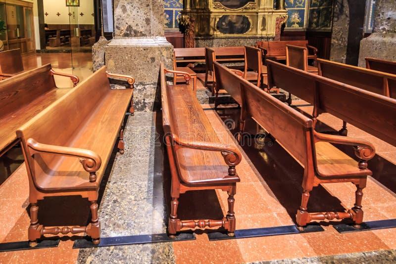 教会长凳 库存照片