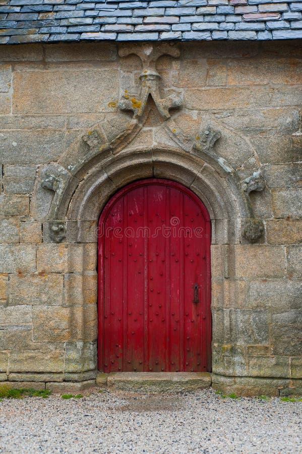 教会门法国老红色葡萄酒 图库摄影