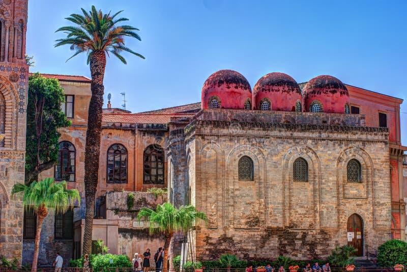 教会Martorana,巴勒莫Belltower有棕榈树的 西西里岛 库存图片
