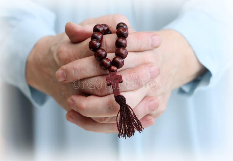 教区居民的手的图象有木念珠的 库存照片
