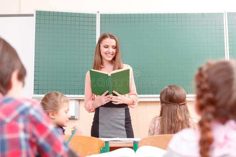 教在学校的少妇 免版税库存图片