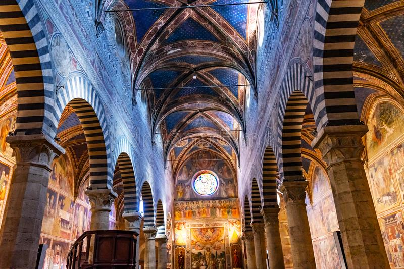 教堂中殿牧师会主持的教堂圣玛丽亚阿孙塔圣吉米尼亚诺托斯卡纳 库存照片