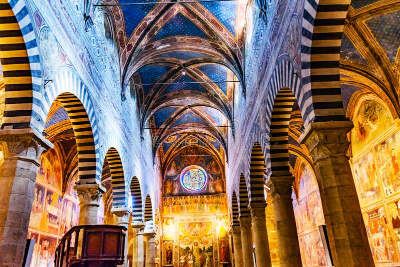教堂中殿牧师会主持的教堂圣玛丽亚阿孙塔圣吉米尼亚诺托斯卡纳 免版税图库摄影