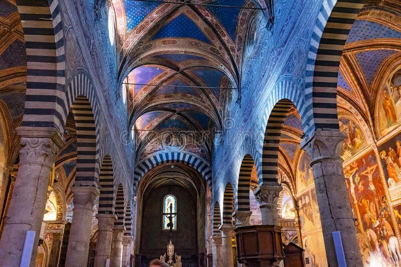 教堂中殿牧师会主持的教堂圣玛丽亚阿孙塔圣吉米尼亚诺托斯卡纳 免版税库存图片