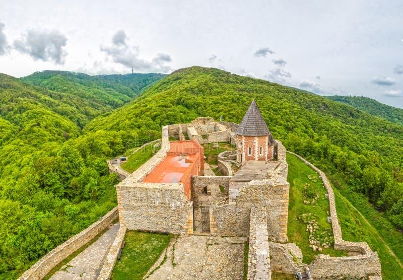 教堂和墙壁在Medvedgrad城堡 图库摄影