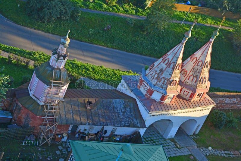 教堂和Rizopolozhensky女修道院神圣的门看法从Eufrosinia Suzdalskaya Belltower的在苏兹达尔,俄罗斯 库存图片