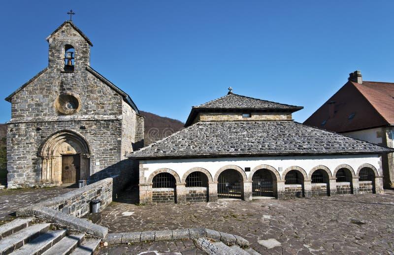 教堂圣地亚哥和教堂圣斯皮里图斯市在Roncevaux村庄 免版税库存图片