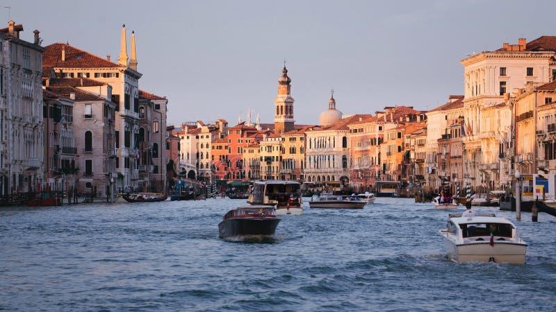 教堂在卢赛恩、SwissGondolas和小船的桥梁细节在大运河威尼斯,IT 免版税库存图片