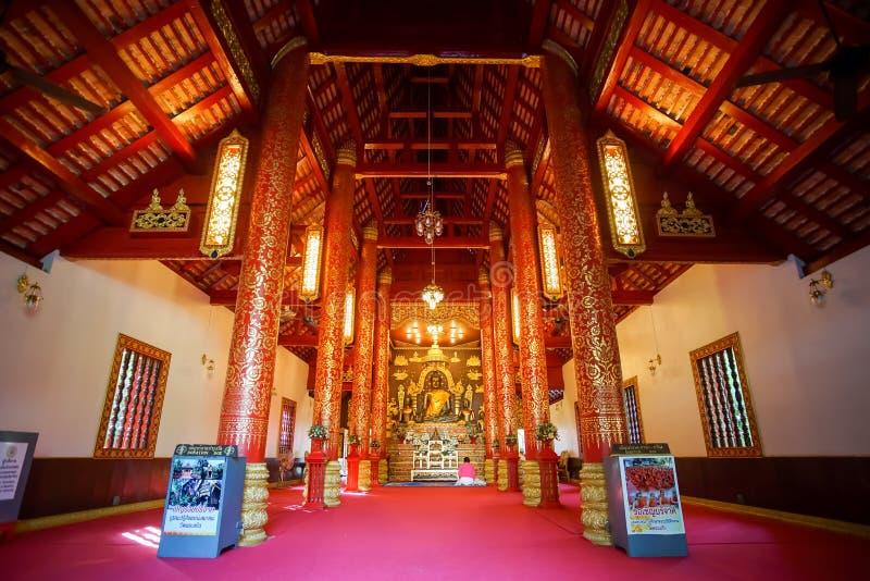 教堂的里面看法和在曼谷玉佛寺的Bhudda图象 免版税库存图片