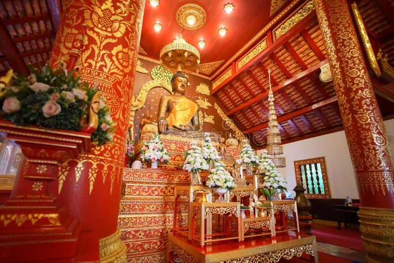 教堂的里面看法和在曼谷玉佛寺的Bhudda图象 图库摄影