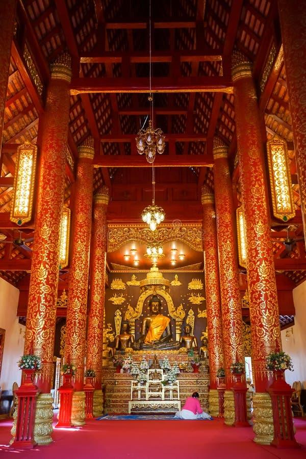 教堂的里面看法和在曼谷玉佛寺的Bhudda图象 库存图片
