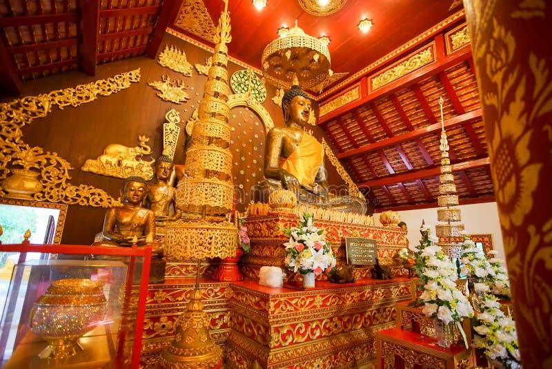 教堂的里面看法和在曼谷玉佛寺的Bhudda图象 库存照片