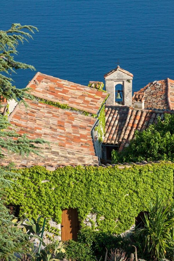 教堂钟塔和铺磁砖的屋顶在海边 库存图片