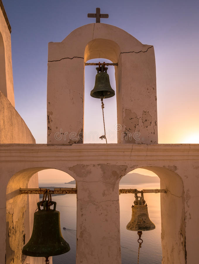 教堂钟塔在圣托里尼-希腊海岛 免版税库存图片