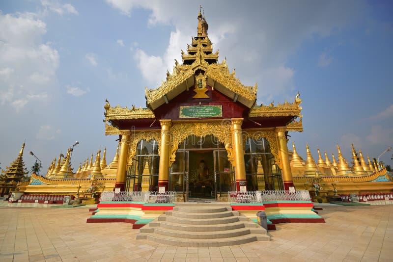 教堂从大门的与五颜六色的基本的平台在Bago的,缅甸Shwemawdaw塔 库存图片