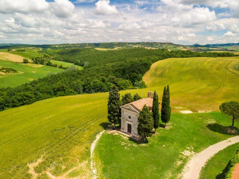 教堂Vitaleta (Cappella della玛丹娜di Vitaleta)在瓦尔d Orcia,托斯卡纳,意大利美好的风景风景  库存照片