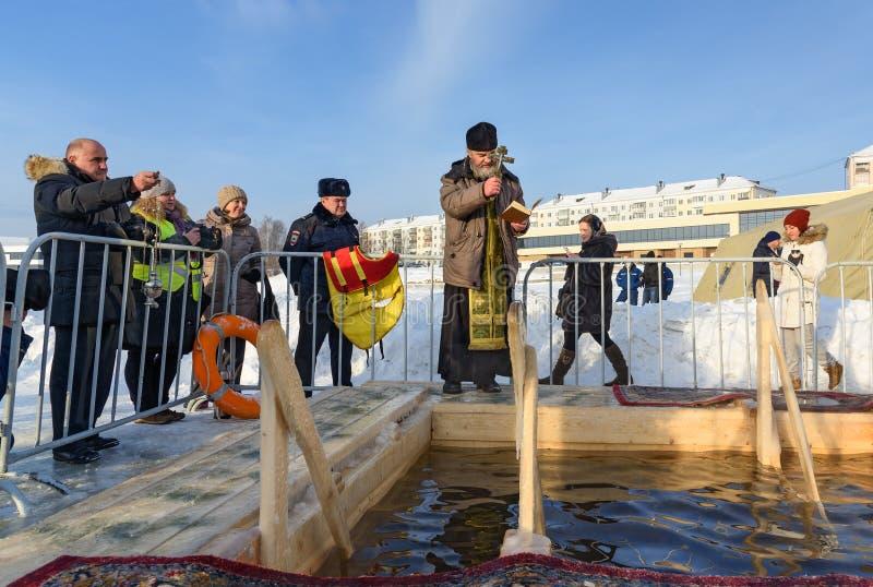 nizhny tagil,俄羅斯- 2016年1月19日:教士在突然顯現天奉獻冰孔圖片