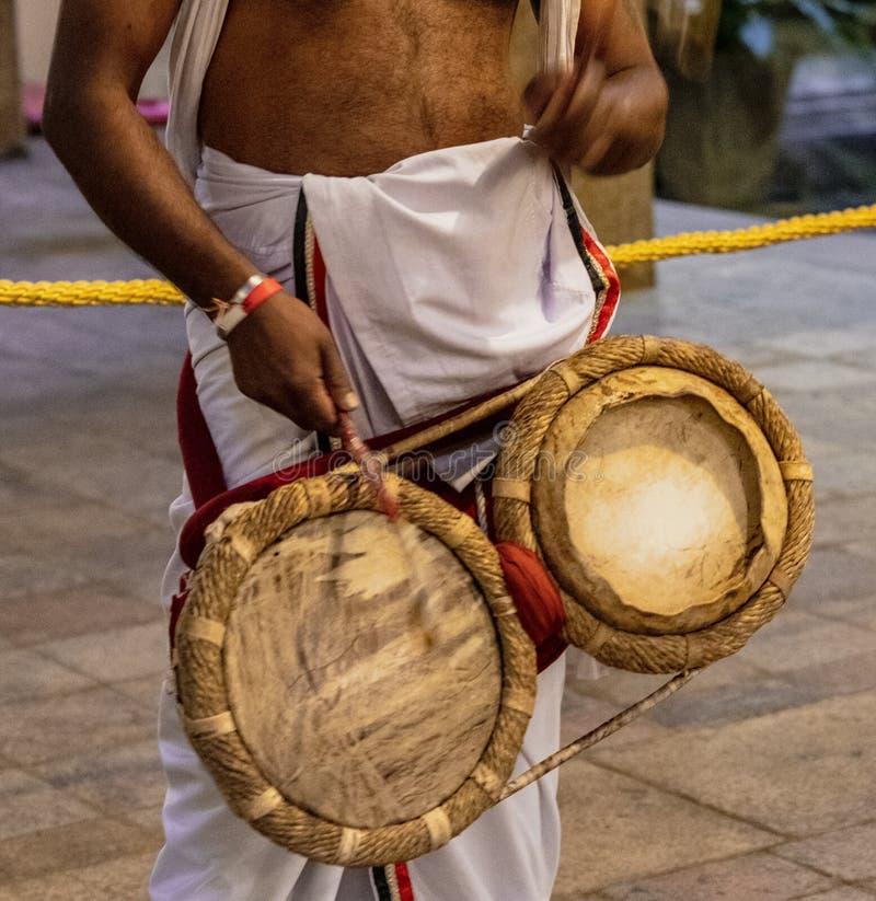 教士打鼓在牙遗物的寺庙在康提斯里兰卡 图库摄影
