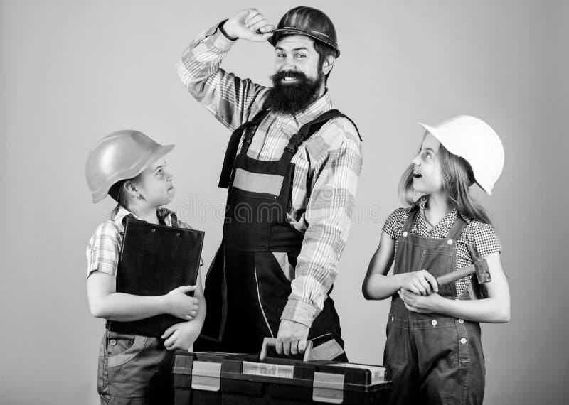 教女儿 不拘形式的教育 r 姐妹帮助父亲建造者 家庭整修 E 免版税库存照片