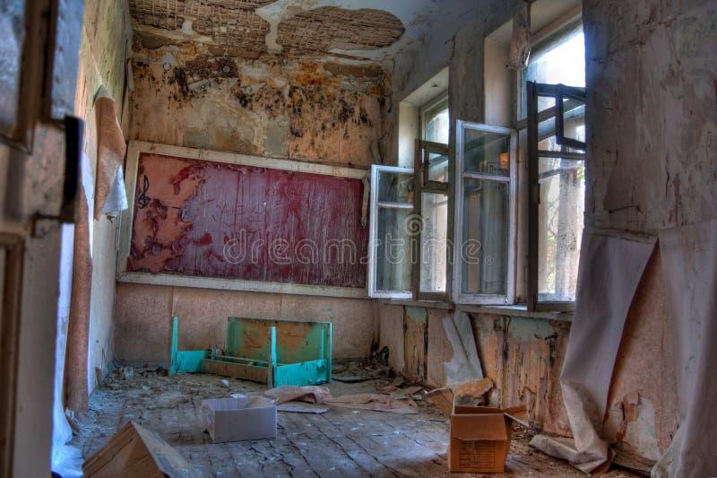 教室在被放弃的和腐烂的农村学校 图库摄影