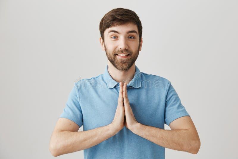 教我sensei 正面苗条欧洲学生室内射击有握手的胡子的在佛教徒祈祷或 免版税库存图片