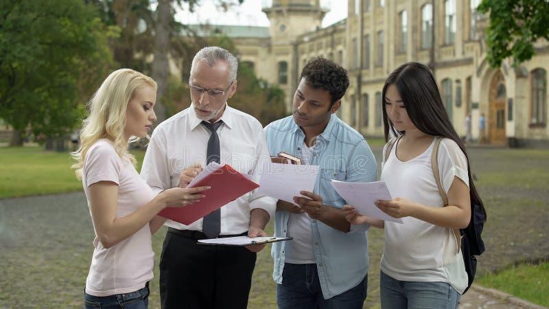 教授谈论项目与学生,解释差错,提建议 免版税库存照片