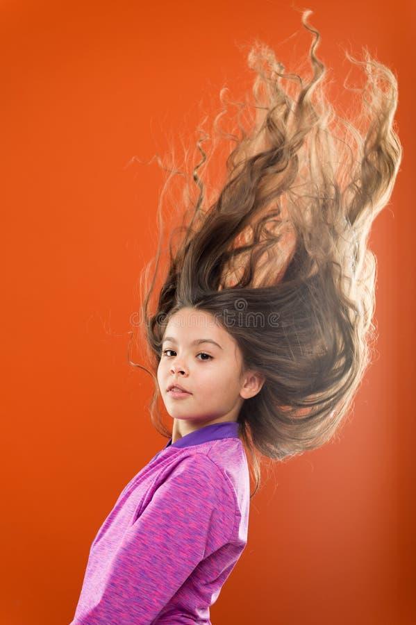 教的孩子健康护发习性 孩子女孩长的健康发光的头发 重要事件保持它干净 使用柔和 库存照片