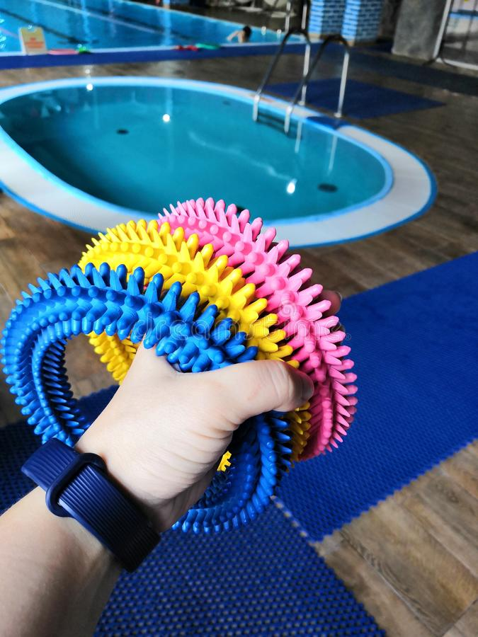 教的孩子的橡胶处理的不光滑的圆环游泳 免版税库存照片
