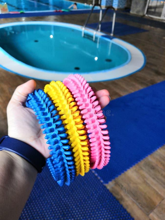 教的孩子的橡胶处理的不光滑的圆环游泳 免版税图库摄影