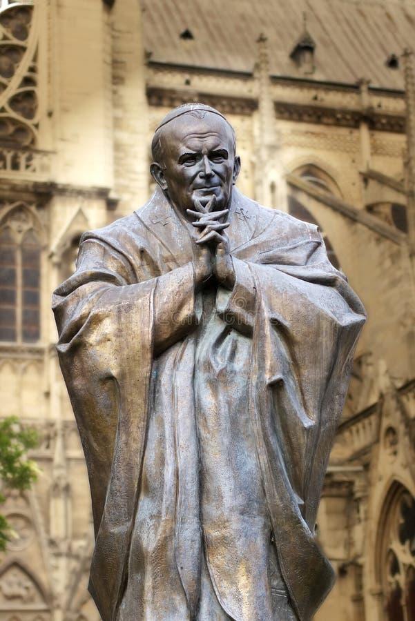 教皇祷告圣约翰保禄二世雕象 信念和宗教 法国巴黎 免版税图库摄影