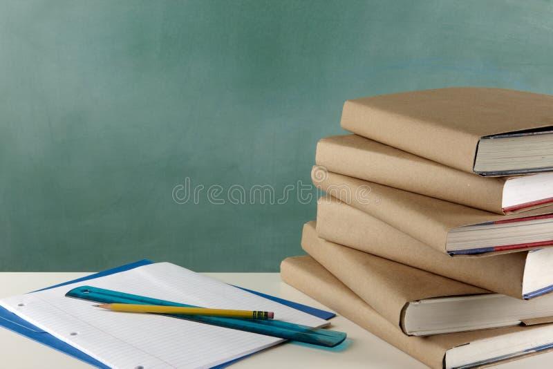 教科书、活页纸张、统治者和铅笔 免版税库存图片