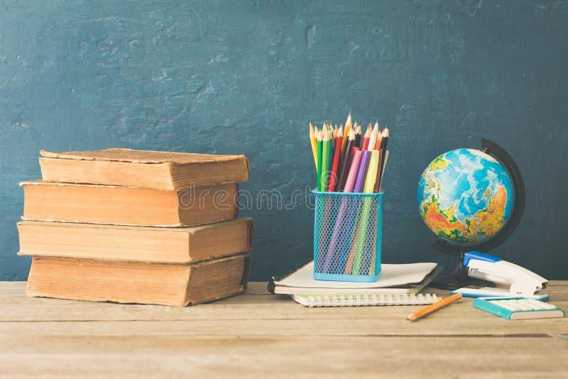 教科书,色的铅笔,笔记本,订书机,计算器和 免版税库存照片