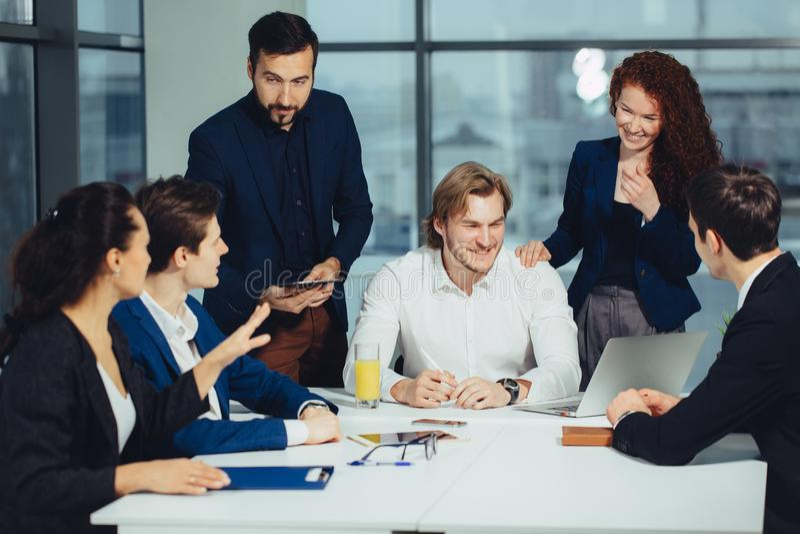 教练在办公室的上司领导 在工作培训 企业和教育概念 免版税库存照片
