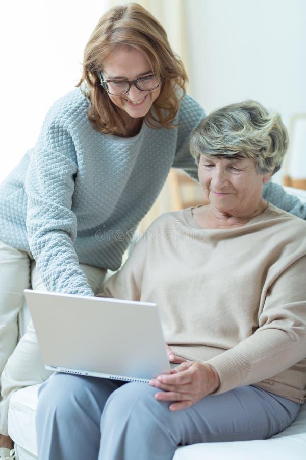 教老妇人的护工 免版税库存图片